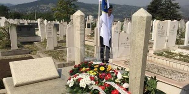 Cvijeće na mezar Ahmeta Hadžipašića