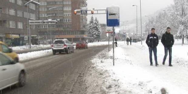 Snijeg nije ugrozio odvijanje saobraćaja i nastave u Zenici