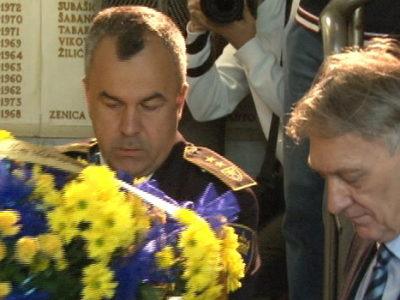 Cvijeće na spomen ploču poginulih policajaca