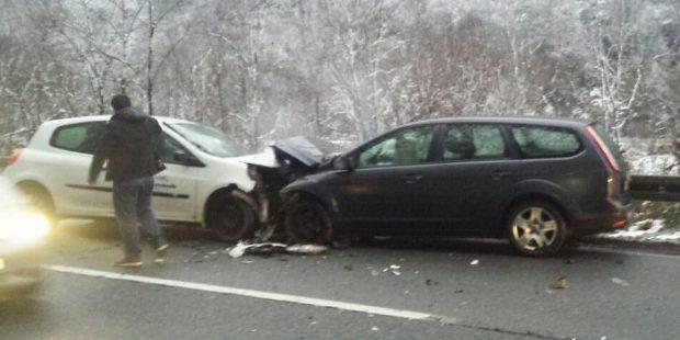 U sudaru 2 vozila 4 osobe povrijeđene