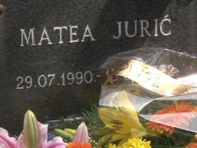 Cvijeće na spomen obilježje Matei Jurić