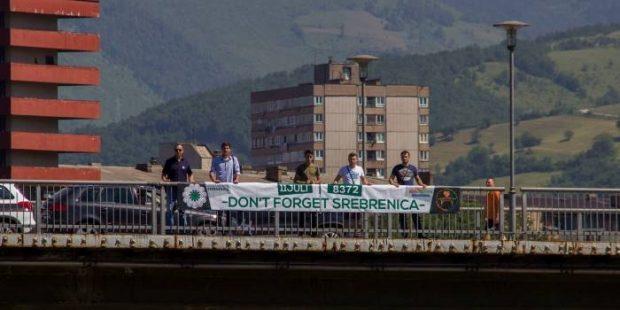 """Postavljen baner """"11. juli-Don't Forget Srebrenica-8372"""" na Kamberovića mostu"""