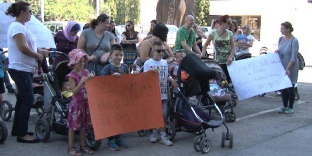 Protest porodilja pred sjedištem Gradske uprave