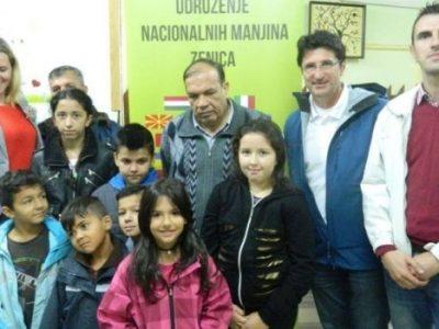 Podjela ruksaka romskoj djeci